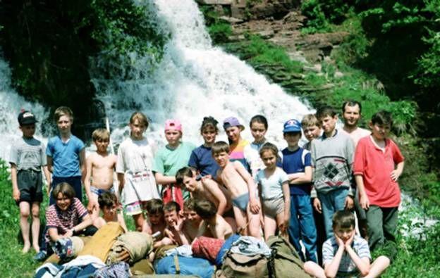 Юні туристи біля Джуринського водоспаду в Червоному - найвищому на Поділлі (16м)